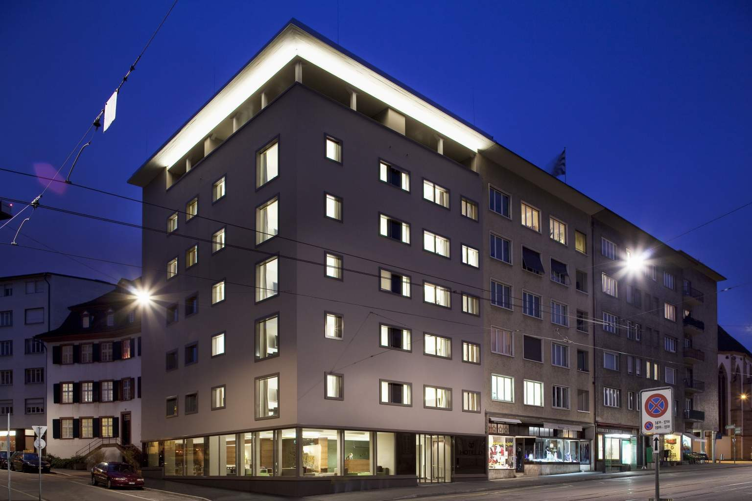 Vue extérieure de nuit de l'hôtel D à Bâle4 étoiles au centre ville de Bâle